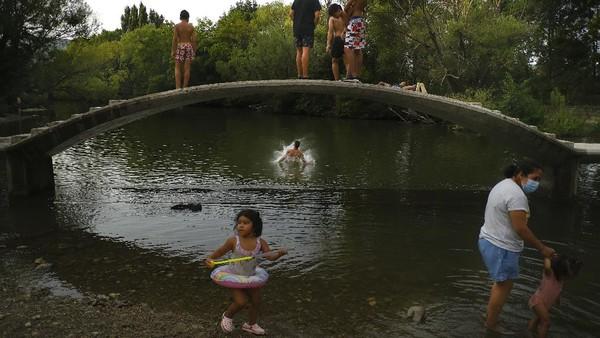 Dilaporkan suhu di sebagian wilayah Spanyol mencatat sekitar 38 derajat Celcius. AP Photo/Alvaro Barrientos