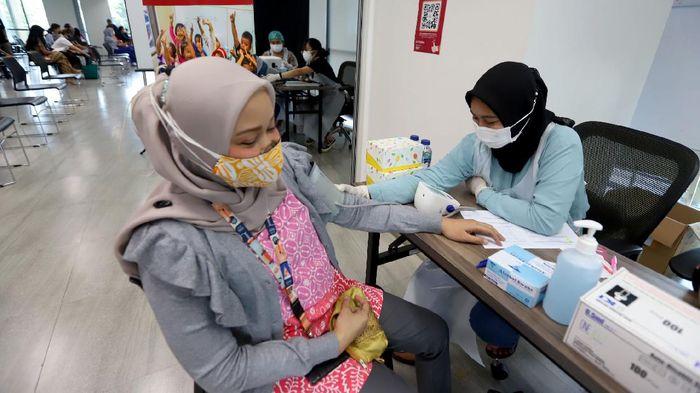 Pemerintah bersama pihak swasta terus menggenjot program vaksinasi COVID guna tercapai herd immunity. Seperti ini salah satunya.