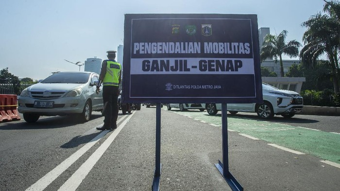 Kebijakan pembatasan kendaraan dengan sistem ganjil genap diterapkan lagi di Jakarta pada hari ini, Kamis (12/8). Pemberlakuan ganjil genap mulai pukul 06.00 WIB-20.00 WIB.