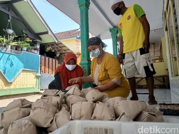 Ibu-ibu di Kelurahan Triwung Lor, Kota Probolinggo membagikan 800 nasi bungkus ke warga terdampak COVID-19. Mereka berkolaborasi dengan sebuah pondok pesantren.