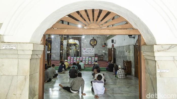 Bantuan demi bantuan disalurkan kepada warga yang terdampak pandemi. Kini bantuan juga didistribusikan melalui masjid dan musala-musala di Kelurahan Senen, Jakarta.