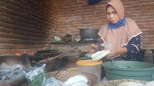 Jepa berbentuk bulat pipih, sehingga kerap disebut pizza dari tanah Mandar. Proses pembuatan jepa cukup mudah. Untuk mendapatkannya juga tidak sulit. Jepa dijajakan pada hampir semua pasar tradisional di Polewali Mandar. (Abdy Febriady/detikTravel)