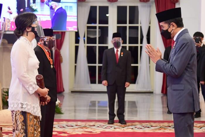 Presiden Jokowi menganugerahi ratusan tokoh tanda kehormatan. Tanda kehormatan yang diberikan mulai Bintang Mahaputera Adipradana hingga Bintang Jasa Utama.