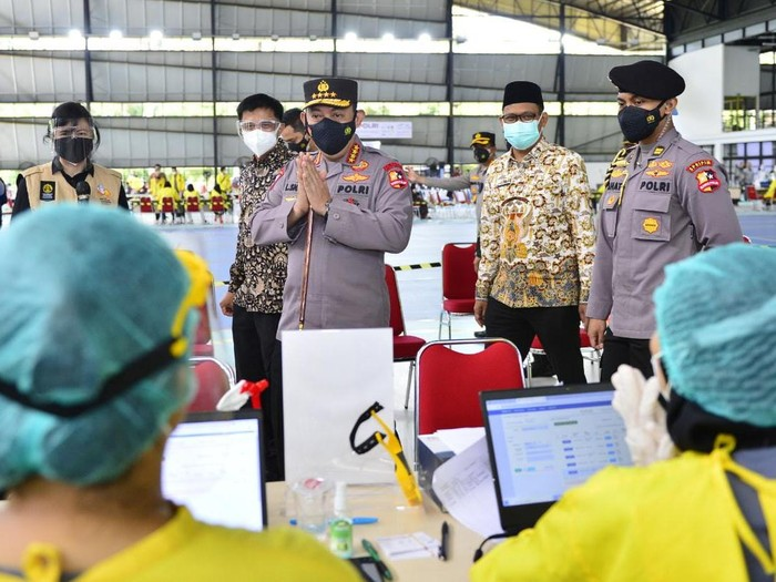 Kapolri Jenderal Listyo Sigit Prabowo cek kegiatan vaksinasi massal di UI, Depok, Jawa Barat