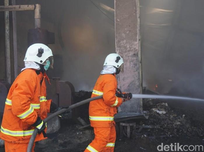 Sebuah industri rumahan minyak kelapa di Desa Parengan, Kecamatan Jetis, Kabupaten Mojokerto ludes Terbakar. Empat mobil pemadam kebakaran (PMK) dikerahkan ke lokasi untuk memadamkan api.