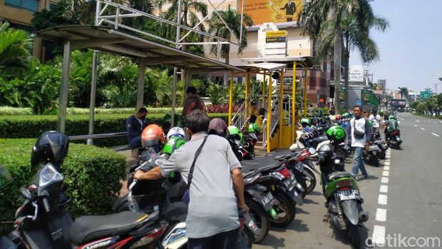 Kondisi halte depan Metro dekat STC Senayan, dipenuhi ojol mangkal sembarangan. 12 Agustus 2021. (Athika Rahma/detikcom)