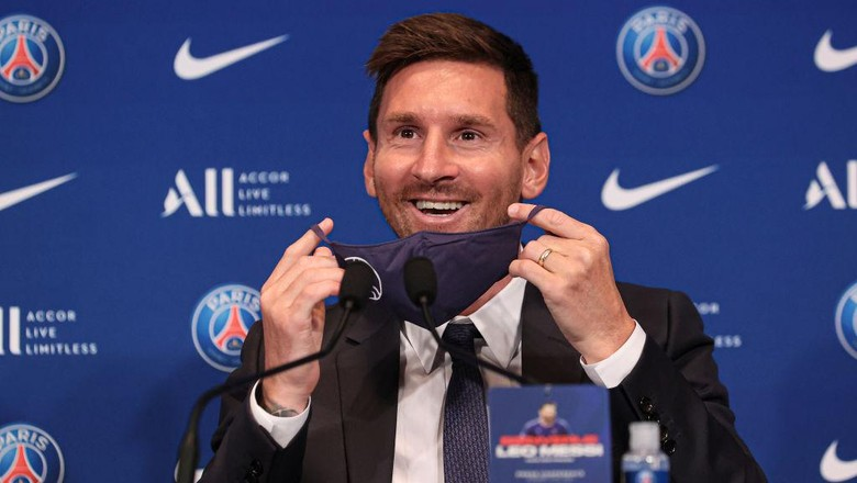 PARIS, FRANCE - AUGUST 11: Lionel Messi answers journalists during the press conference of Paris Saint-Germain at Parc des Princes on August 11, 2021 in Paris, France. (Photo by Sebastien Muylaert/Getty Images)