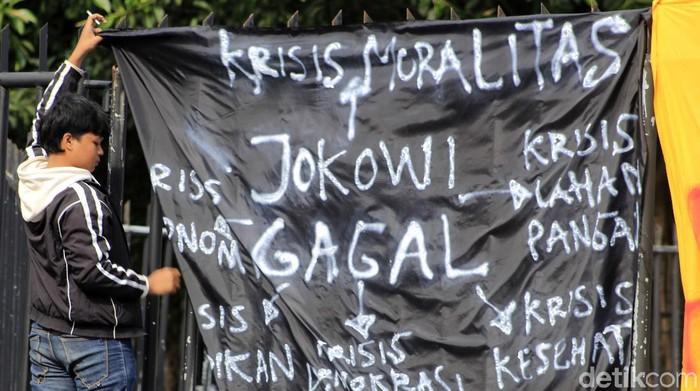 Puluhan mahasiswa yang tergabung dalam Poros Revolusi Mahasiswa Bandung (PRMB) melakukan unjukrasa di depan Gedung Sate.