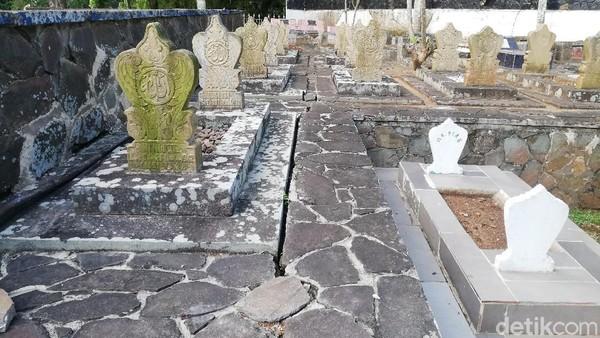 Juru Kunci makam Pahlawan Nasional Tjut Nyak Dien, Asep Gusnandar (54), mengatakan Makam Tjut Nyak Dien dikeliling oleh makam-makam dari keturunan Haji Sanusi sebagai perawat Tjut Nyak Dien pertama saat diasingkan dari tanah Aceh.