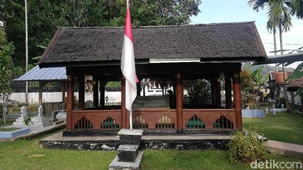 Makam Tjut Nyak Dien tampak berpendopo dengan ditemani Sang Saka Merah Putih disamping luarnya.