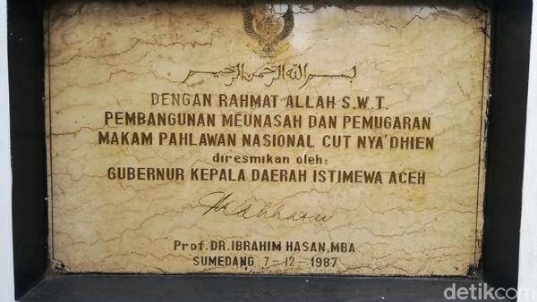 Batu Prasasti tanda renovasi makam Pahlawan Nasional Tjut Nyak Dien yang diresmikan oleh Gubernur Kepala Daerah Istimewa Aceh, Prof. DR Ibrahim Hasan MBA pada tahun 1987.