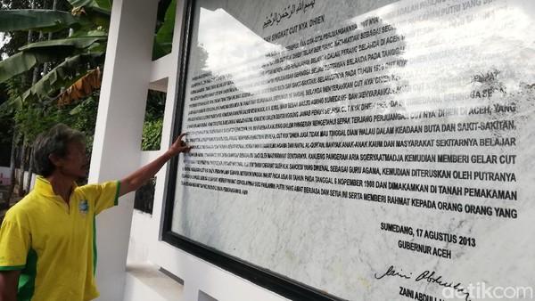 Batu Prasasti tentang Sejarah Singkat Pahlawan Nasional Tjut Nyak Dien Terpampang di area makam.