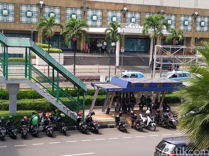 Ojol mangkal di Halte Atletik, Senayan, Jakarta, 12 Agustus 2021, pagi. (Athika Rahma/detikcom)