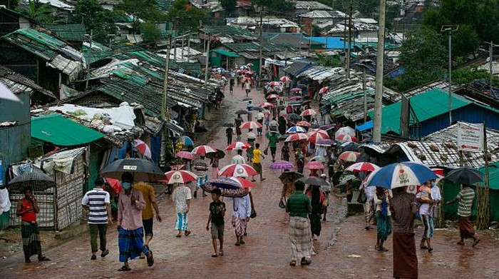 Para pengungsi Rohingnya mulai mendapatkan suntik vaksin COVID-19 di kamp pengungsi Rohingya di Cox's Bazar, Bangladesh. Bangladesh memulai upaya vaksinasi COVID-19 untuk pengungsi Rohingya. Hampir 48.000 pengungsi Rohingya akan disuntik dengan bantuan badan-badan PBB.