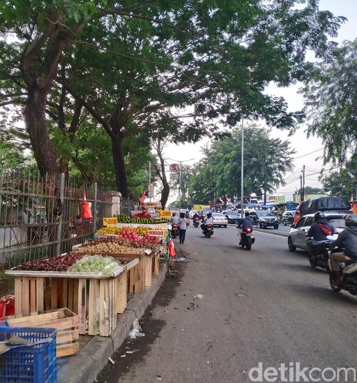 Trotoar di sekitar Jl Raya Bogor, depan Pasar Induk Kramat Jati, Jakarta Timur. (Athika Rahma/detikcom)