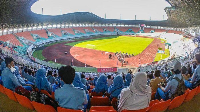 Sejumlah pelajar menunjukkan kartu vaksinasi setelah di vaksin COVID-19 di Stadion Pakansari, Cibinong, Kabupaten Bogor, Jawa Barat, Kamis (12/8/2021). Vaksinasi perdana untuk pelajar di Kabupaten Bogor tersebut diikuti 5000 siswa usia 12 tahun hingga 17 tahun guna mempercepat kekebalan kelompok. ANTARA FOTO/Yulius Satria Wijaya/foc.