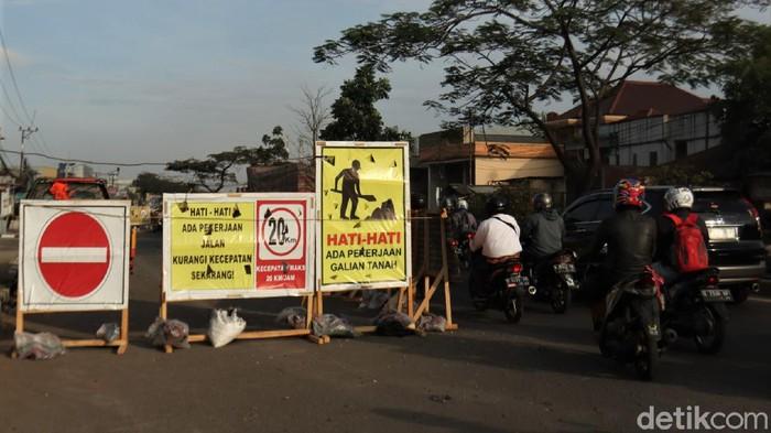 Saluran air di Jalan Garut-Bandung diperbaiki. Imbas aktivitas itu, arus lalu lintas pun dilakukan contra flow ke jalur Bandung-Garut.