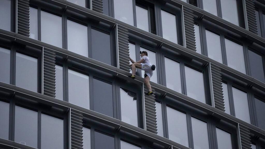 Aksi Spiderman Inggris, Panjat Gedung Tinggi Tanpa Alat Pengaman