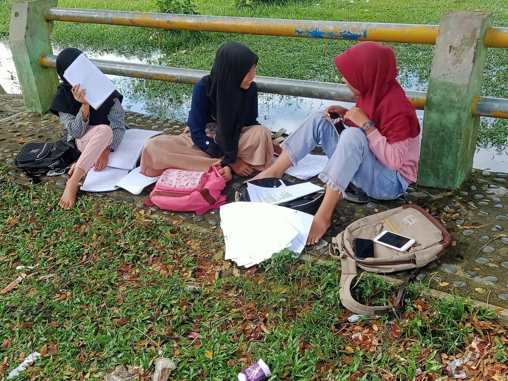 Siswa-siswa di Kecamatan Kanal, Kabupaten Kaur, Bengkulu, kesulitan mengikuti belajar online, karena ketiadaan infrastruktur telekomunikasi di sana.