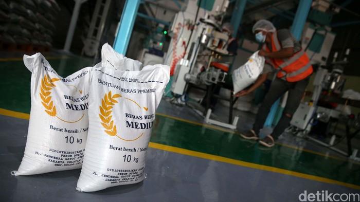 Pemerintah memberikan bantuan beras untuk warga terdampak PPKM. Begini proses penyaringan dan peningkatan beras bantuan PPKM sebelum didistribusikan.