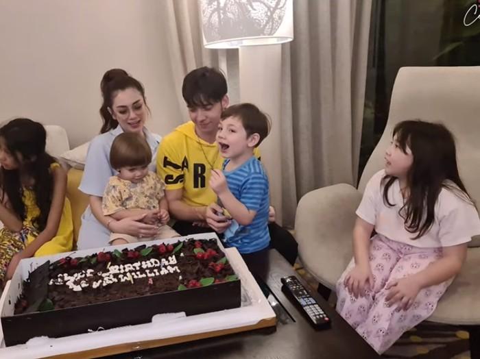 Keseruan Celine Evangelista Beri Kejutan Kue Ulang Tahun untuk Stefan William
