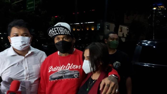 Jerinx tiba di Polda Metro, Jumat (13/8/2021) malam, ditemani Nora Alexandra, istrinya. (Yogi/detikcom)