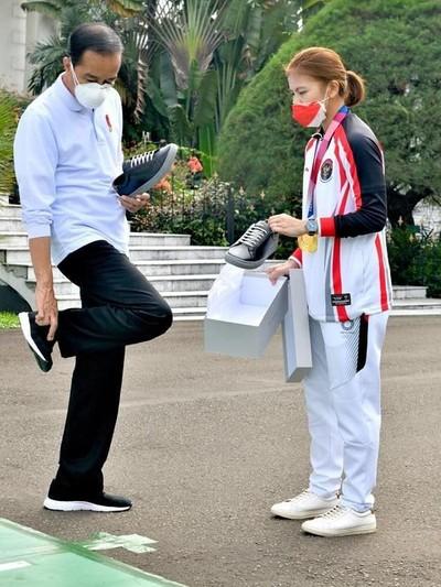 Jokowi Beli Sneaker dari Greysia Polii