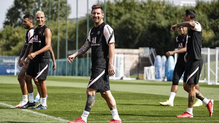Lionel Messi mengikuti latihan perdana bersama Paris Saint-Germain di Paris, Kamis 12 Agustus 2021.