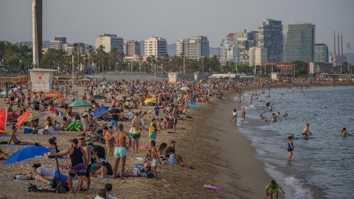 Gelombang panas membuat suhu di Spanyol naik hingga 42 derajat. Warga pun ramai-ramai datangi pantai untuk berjemur hingga menyegarkan diri.