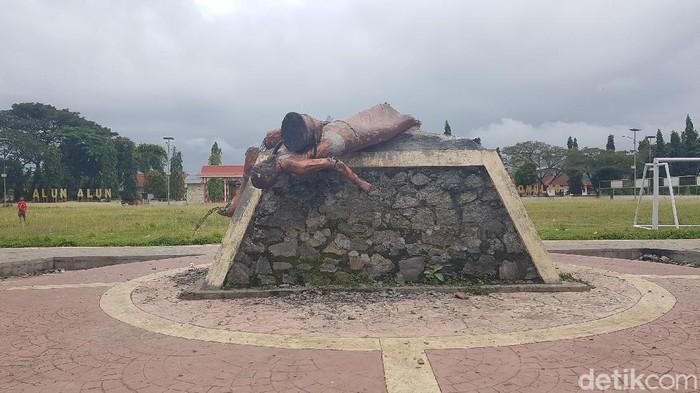 Seorang pria kembali merusak patung yang jadi ikon di salah satu kecamatan di Sulbar. Peristiwa ini merupakan yang kedua terjadi setelah akhir Juli lalu. (Abdy Febriady/detikcom)