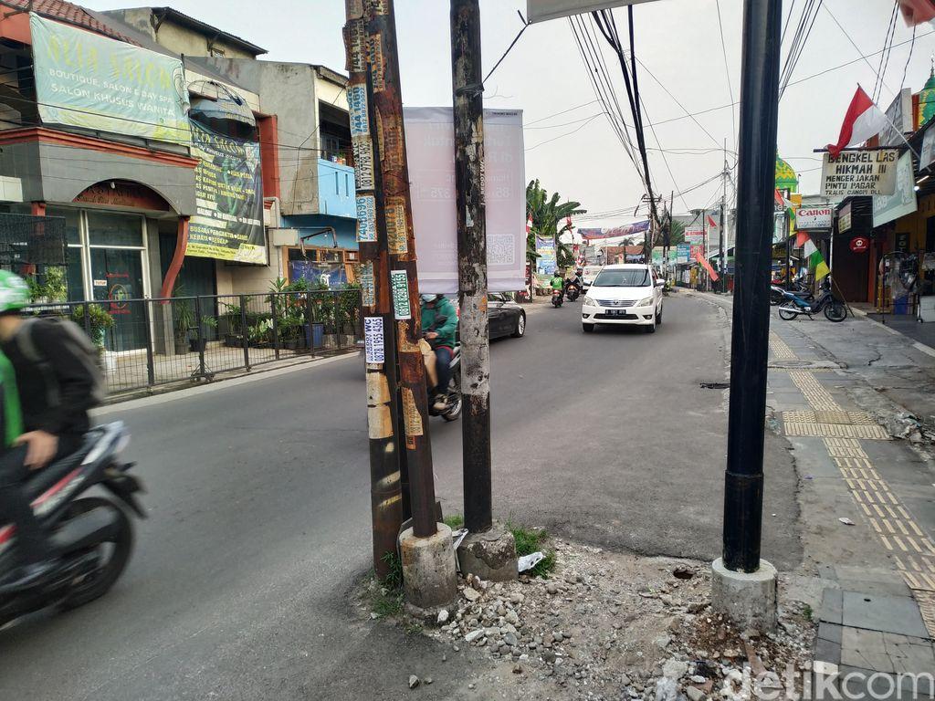 Tiang kabel makan badan jalan di Jl WR Supratman, Ciputat Timur, Tangerang Selatan. 13 Agustus 2021. (Athika Rahma/detikcom)