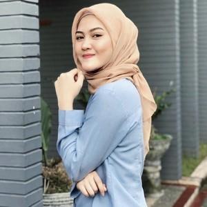 5 Gaya Hijab Henny Rahman, Eks Istri Zikri Daulay yang Dinikahi Alvin Faiz