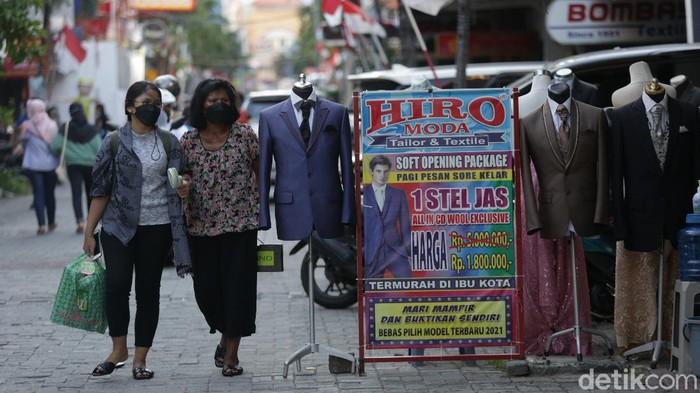 Kawasan Pasar Baru, Jakarta, kembali dibuka di masa PPKM level 4. Terlihat geliat aktivitas ekonomi perlahan bangkit.