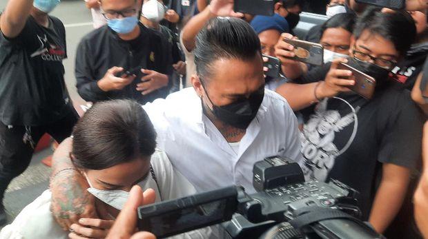 Jerinx dan Adam Deni tiba di Polda Metro Jaya jalani mediasi