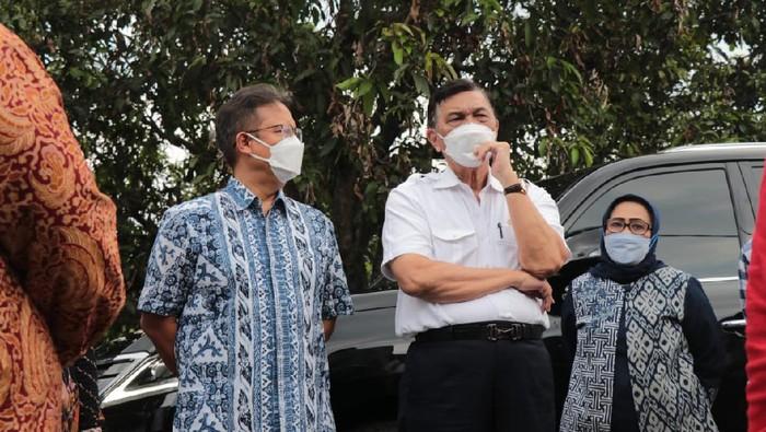 Menko Marves, Luhut Binsar Pandjaitan meninjau lokasi vaksinasi dan isoter di Kabupaten Bogor