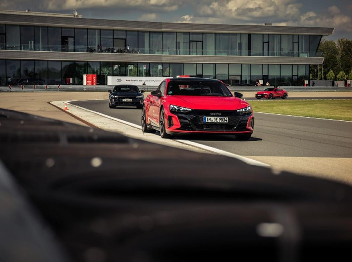 Pemain Bayern Munich dapat mobil listrik E-Tron dari Audi.