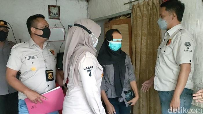 Polisi menangkap seorang wanita asal Cikajang, Garut. Dia diduga ibu sekaligus pembuang bayi. Jasad bayi tanpa kepala itu ditemukan di halaman belakang rumah warga.