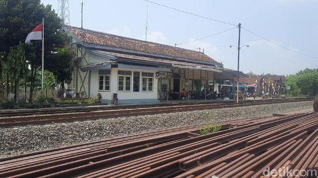 Stasiun kereta api tertua di Indonesia ternyata berada di Kabupaten Grobogan, Jawa Tengah. Stasiun tertua itu yakni Stasiun Tanggung.