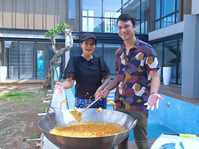 Titi Kamal dan Christian Sugiono Masak Seblak Jumbo 8 Kg!