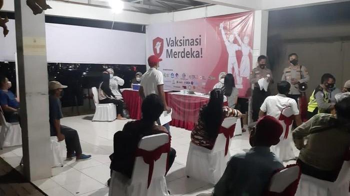 Vaksinasi di gerai Vaksinasi Merdeka disambut antusias warga (Dok.Polsek Muara Baru)