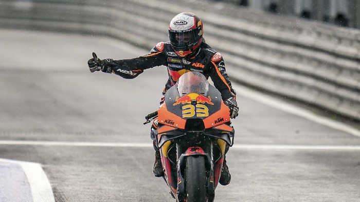 Winner Brad Binder from South Africa lifts a thumb during the Moto GP race as part of the Austrian motorcycle Grand Prix at the Red Bull Ring in Spielberg, Austria, Sunday, Aug. 15, 2021. (AP Photo/Steve Wobser)