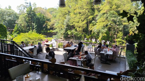 Wisatawan yang mampir ke restoran terpantau cukup ramai hingga.