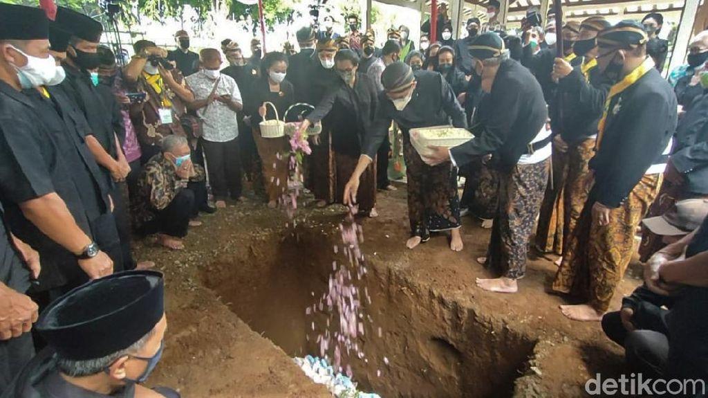 Duka Selimuti Pemakaman KGPAA Mangkunegara IX di Astana Giri Layu