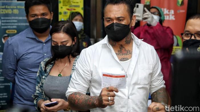 Musisi Jerinx akhirnya disuntik vaksin COVID-19 di Polda Metro Jaya. Ia diketahui disuntik vaksin Sinovac.