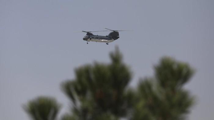 Helikopter Chinook AS tampak terbang di langit Ibu Kota Afghanistan. Aktivitas helikopter itu diketahui terkait evakuasi diplomat AS dan warga sipil Afghanistan
