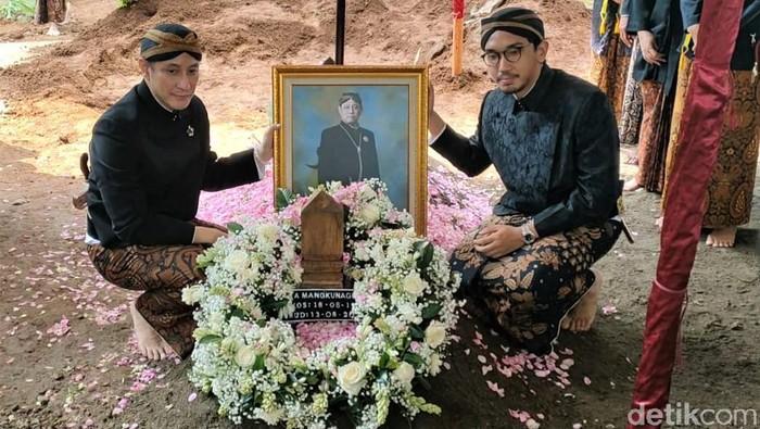 GPH Paundrakarna Jiwa Suryanegara dan GPH Bhre Cakrahutomo Wira Sudjiwo hadiri pemakaman KGPAA Mangkunegara IX. Keduanya pun sempat foto bersama di pusara sang ayah.