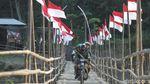 Kala Puluhan Bendera Merah Putih Hiasi Jembatan Bambu di Kulon Progo