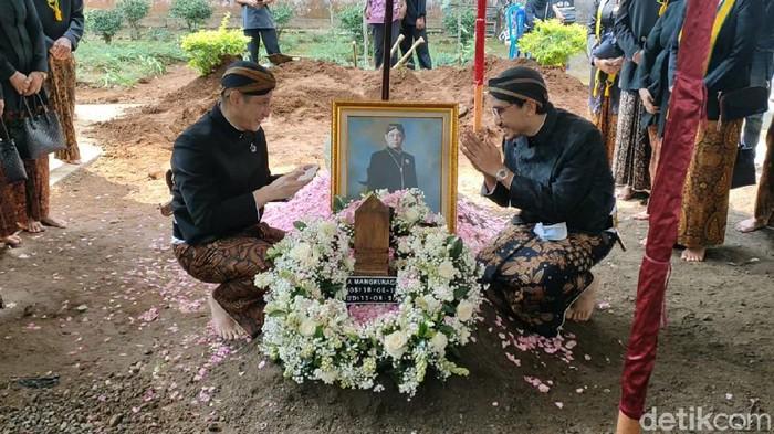 Kedua putra Mangkunegara IX, yakni GPH Paundrakarna Jiwa Suryanegara dan GPH Bhre Cakrahutomo Wira Sudjiwo sempat berfoto bersama di pusara sang ayah.
