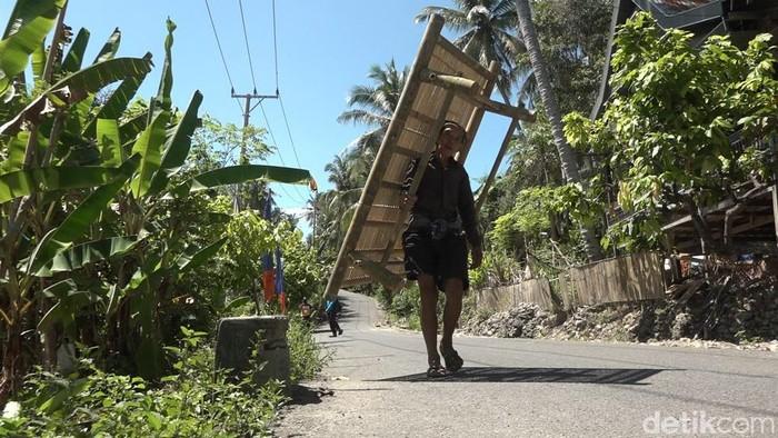 Lansia Pedagang Bale-Bale Bambu di Polman, Sida (70) menjajakan dagangannya.