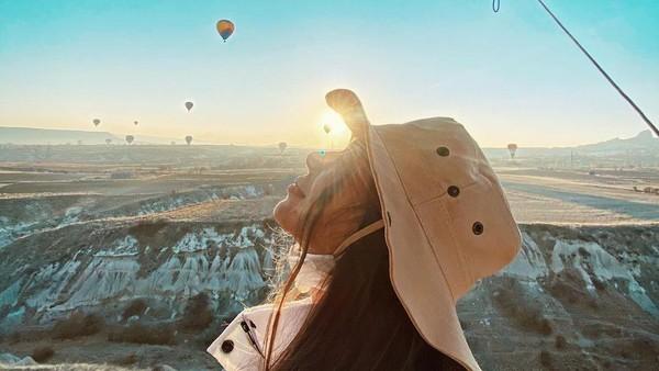 Di Turki, menyebarkan konten asusila bisa dijatuhi hukuman penjara. Di Instagram, Taskin memang kerap berbagi keseruan liburannya, terutama di dalam Turki sendiri, seperti naik balon udara di Cappadocia. (Instagram/Merve Taskin)
